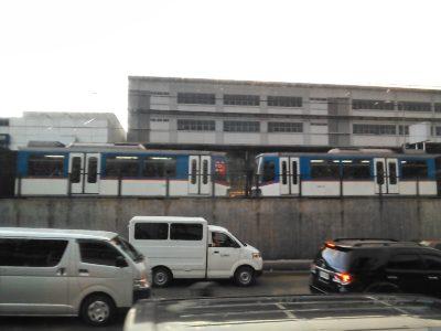 満員のマニラのMRT-3(電車)