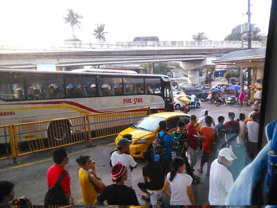 マニラのバスターミナルのタクシー