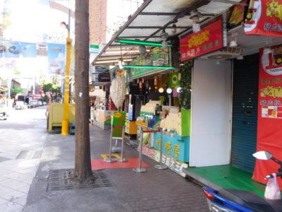 台北カラーミックスホテル近くのニガウリジュース屋