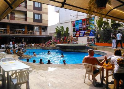 アンへレスのスコアバーズホテルのプールパーティー
