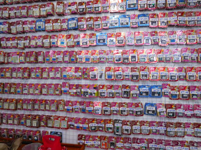 イロイロのスマホショップの大量のスマホバッテリー