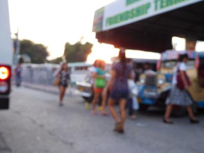 アンへレスで車道を歩くフィリピーナ