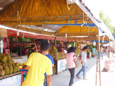 ダバオのマグサイサイパークのフルーツマーケット