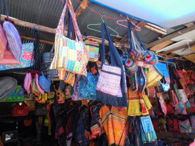 チェンマイのモン族のカラフルなカバン