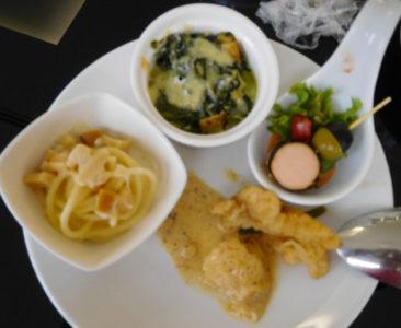 バンコクのドンムアン国際空港のコーラルラウンジの料理