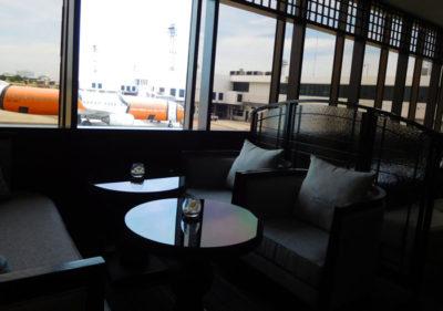 バンコクのドンムアン国際空港のコーラルラウンジのソファー