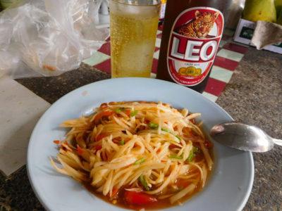 タイのおいしいリオビールとソムタム