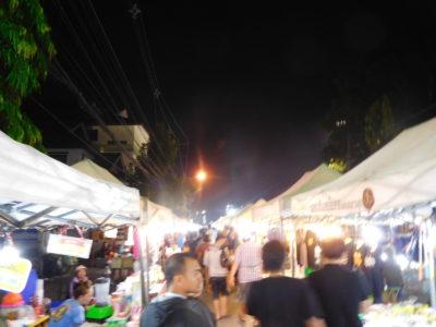 チェンライのThanalai通りのサタデーマーケット