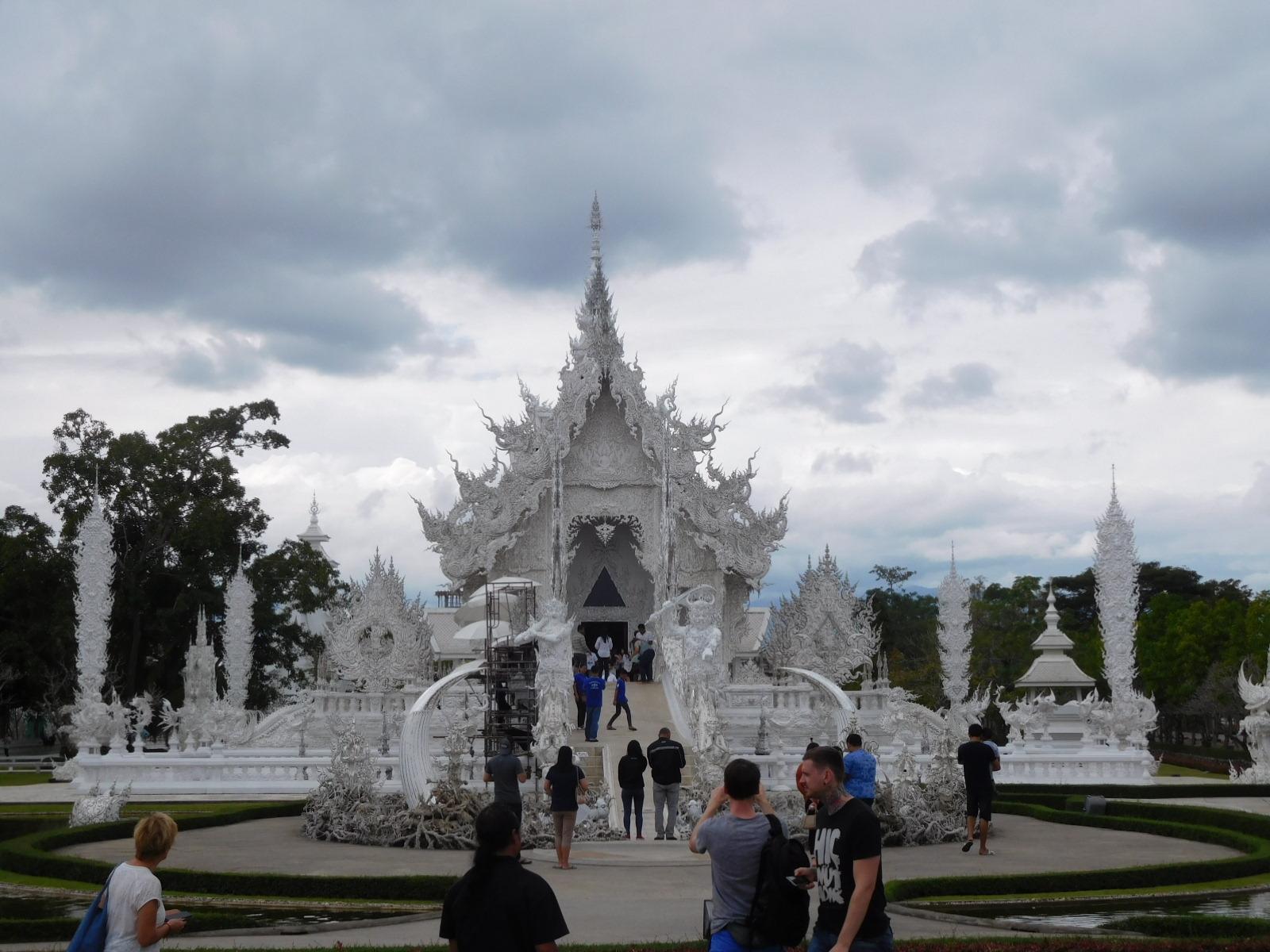 チェンライの白い寺院ワットロンクン