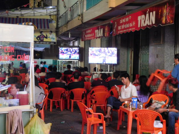ベトナムのカントーの路上カフェとサッカー