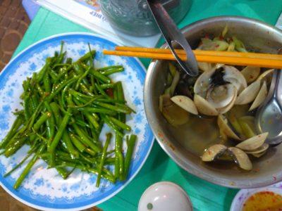 ベトナムのホーチミンで食べたおいしいあさりと空芯菜