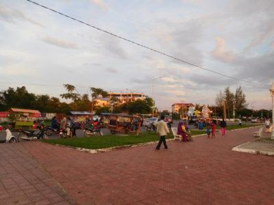 カンボジアのカンポットの川沿いの公園