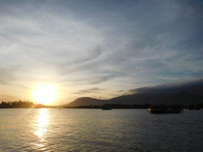 カンボジアのカンポットのサンセットクルーズ船