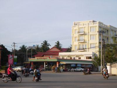 ブティックカンポットホテルと隣のスーパー
