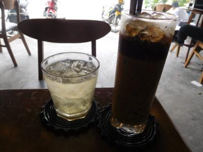 ベトナムのカントーのカフェのミルクコーヒー