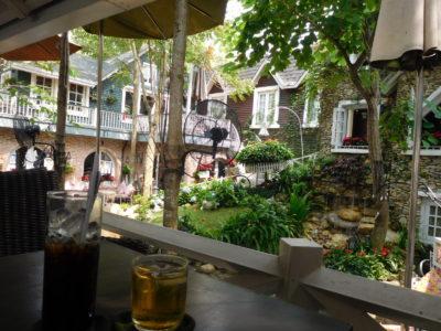 ベトナムのカントーの高級カフェの庭