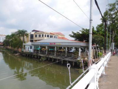ベトナムのカントーの汚い川沿いのカフェ