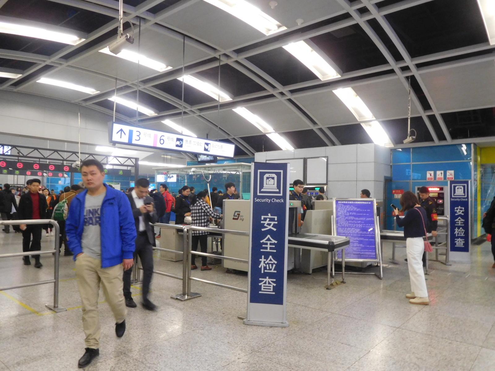 中国重慶の地下鉄の荷物検査