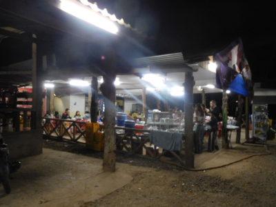 ルアンナムター行きバスが休憩した高い食堂