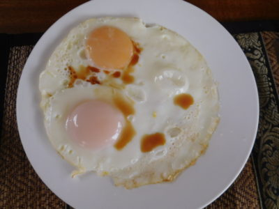 ラオスのルアンナムターのホテルの朝食目玉焼き