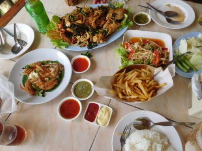 チェンライ近郊のMea Suai damのレストランの料理