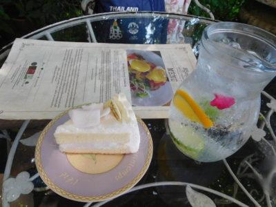 チェンライのおしゃれなカフェChivit Thamma Daの水とケーキ