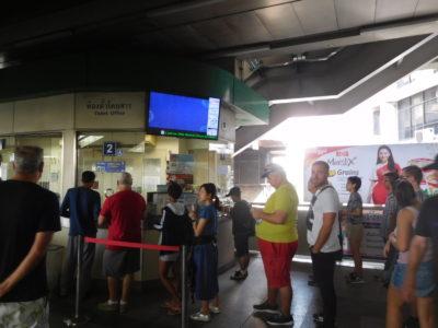 不便なバンコクのBTS(電車)で両替または切符購入で並んでいる人