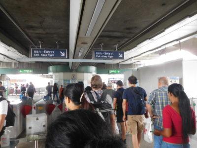 不便なバンコクのBTS(電車)で降りるために並んでいる人