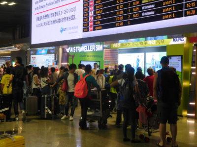 バンコクのドンムアン国際空港のSIM売り場の長蛇の列