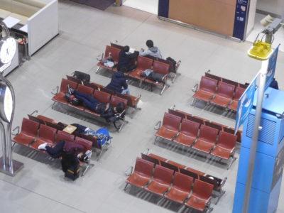 関西国際空港のベンチと空港寝