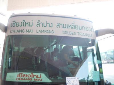 タイ北部のパヤオのバスターミナルのバス
