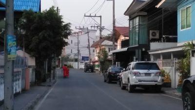 タイ北部のパヤオの朝の托鉢僧