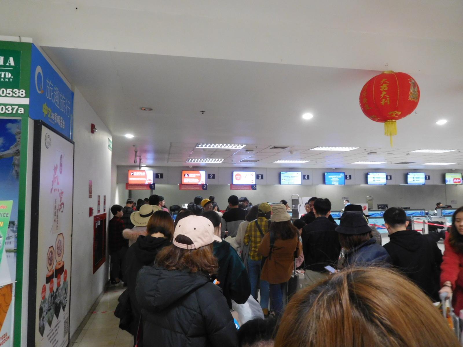 チェンマイ国際空港のエアアジアの長蛇の列